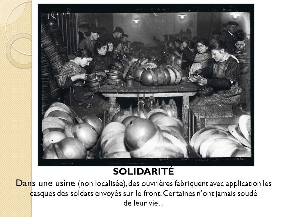 SOLIDARITÉ Dans une usine (non localisée), des ouvrières fabriquent avec application les casques des soldats envoyés sur le front. Certaines nont jama