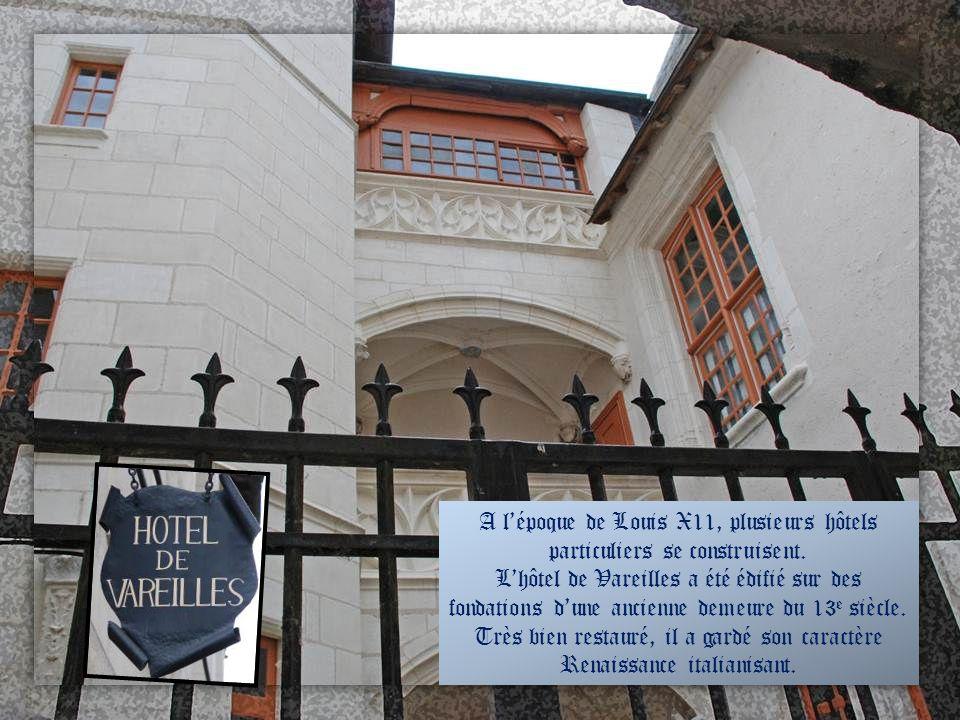 Hôtel Phélypeaux Cet hôtel du 16 e siècle appartint à une famille illustre blésoise (plusieurs Ministres de Louis X1V et de Louis XV). Les fenêtres fu