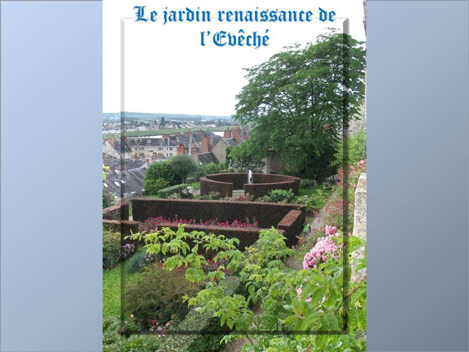 Vue de la seconde terrasse de lEvêché Pour aménager les jardins de lEvêque, les travaux ont été considérables pour détruire, à cet endroit, les vieux