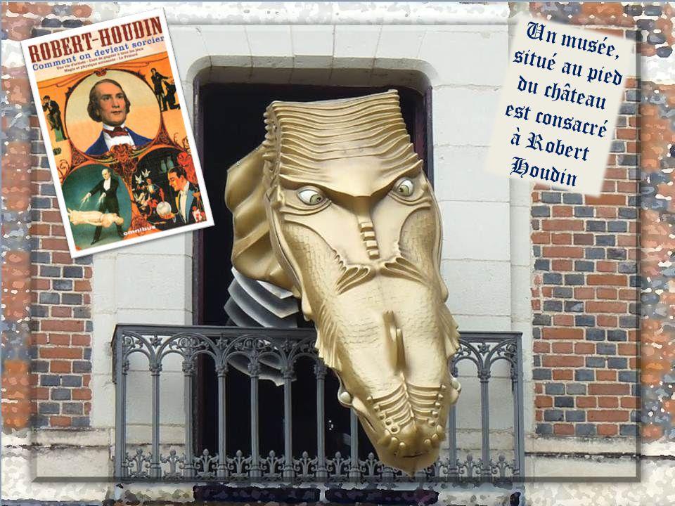 Rue Chemonton, un joaillier a conservé sur sa façade lemblème de Blois : une couronne et la fleur de lys mais aussi le hérisson (Louis X11) et le loup