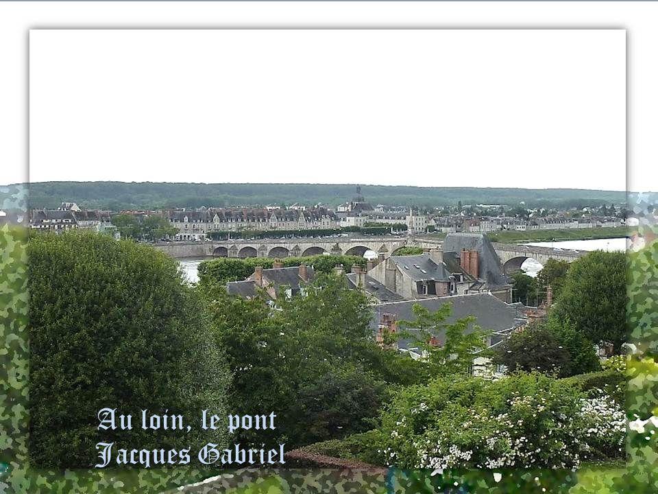 Blois, ville des fontaines ville des fontaines. Le jardin Augustin Thierry est à lemplacement des jardins du Château de Blois, au pied de laile Franço
