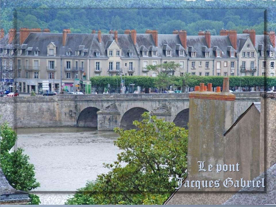 Au loin, le pont Jacques Gabriel