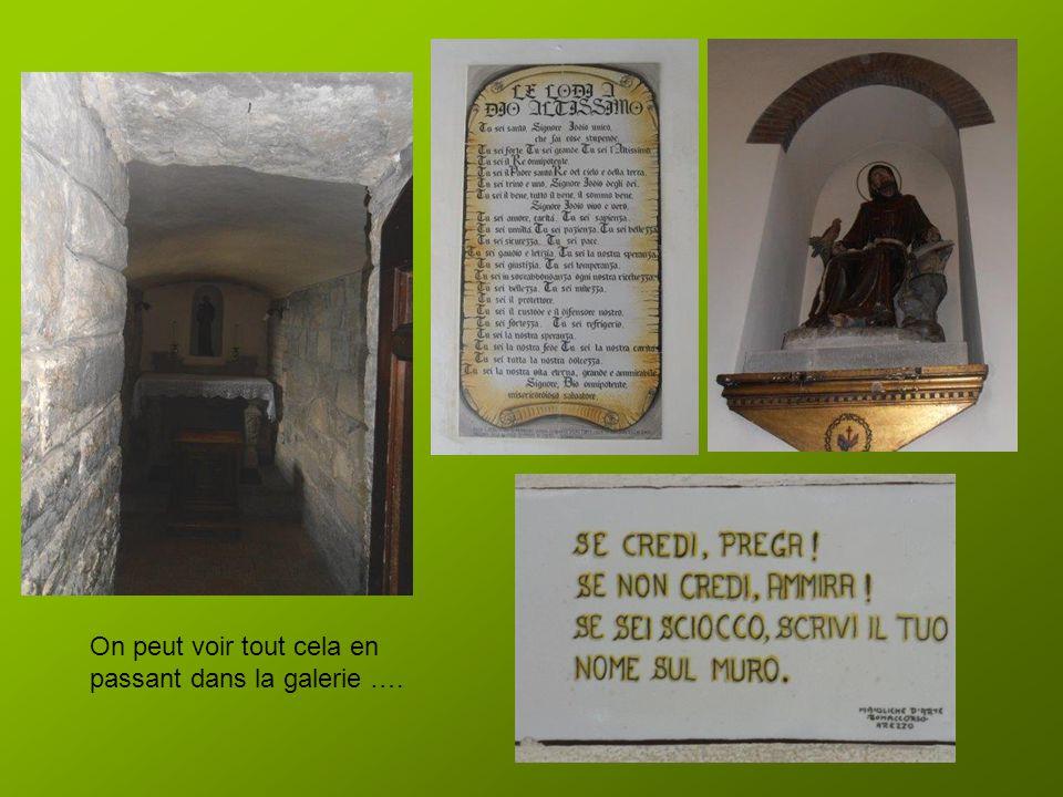 Puis nous empruntons la galerie qui permet datteindre les grottes dont celle occupée par Saint François et le rocher des stigmates sur lequel est cons