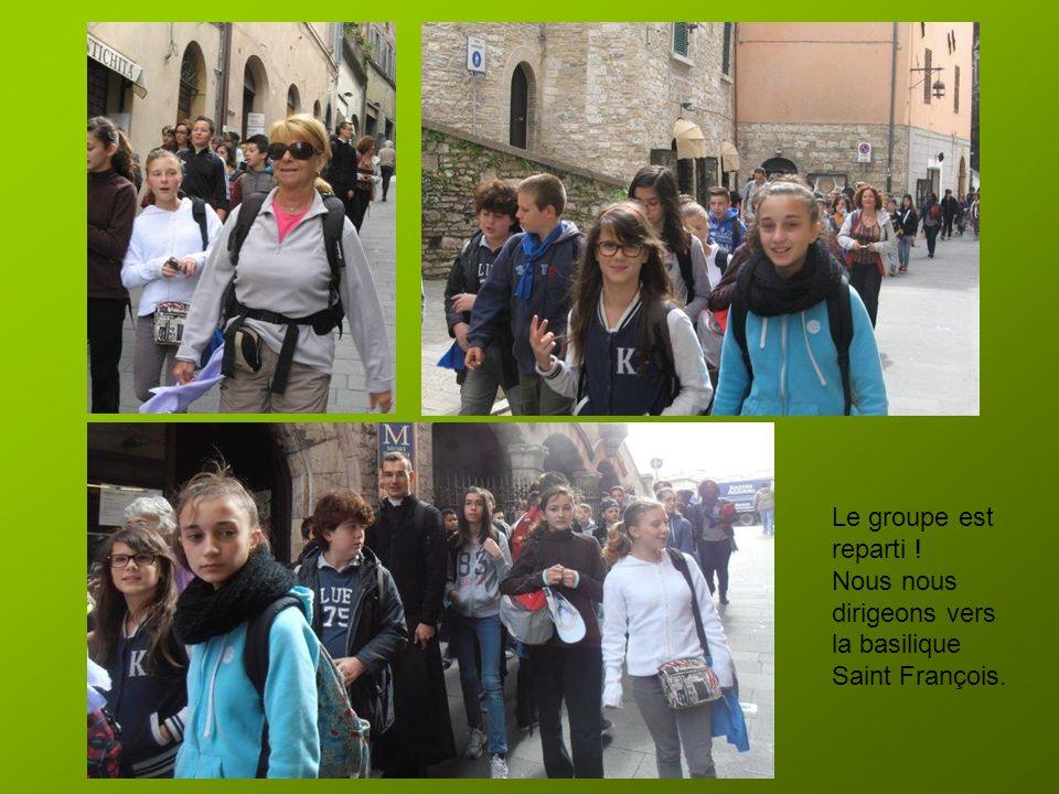 Le groupe est reparti ! Nous nous dirigeons vers la basilique Saint François.