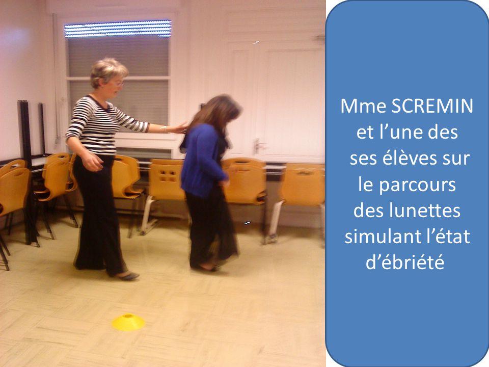 Mme SCREMIN et lune des ses élèves sur le parcours des lunettes simulant létat débriété