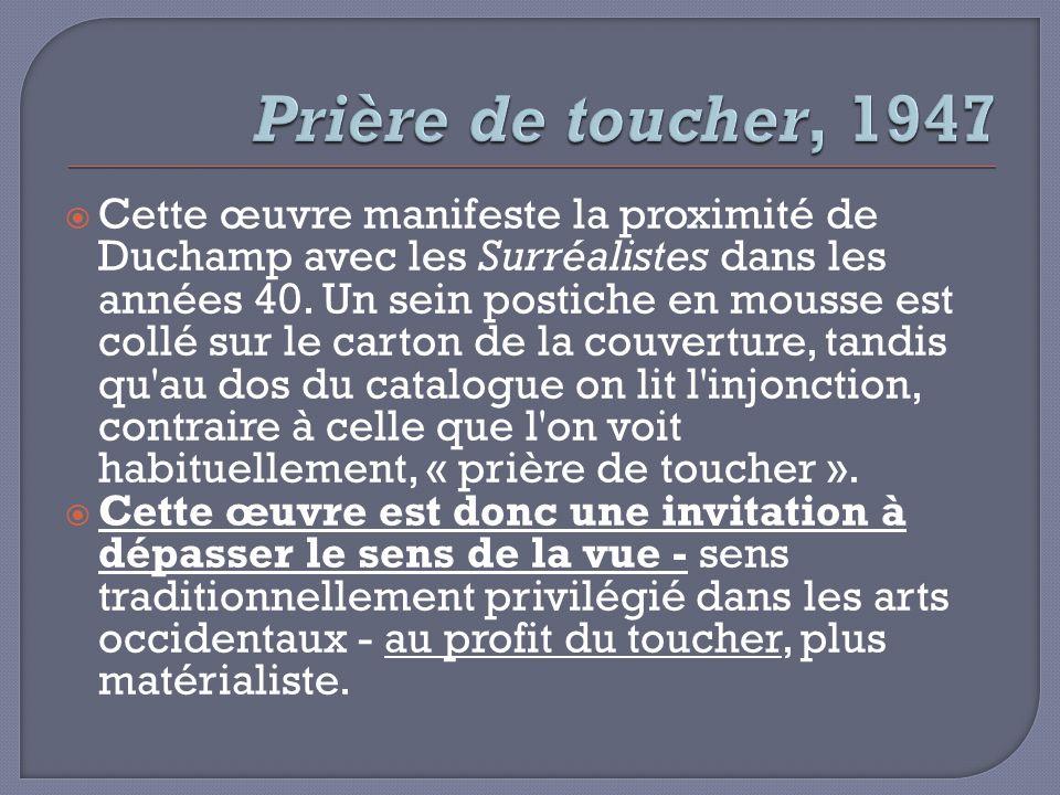 Cette œuvre manifeste la proximité de Duchamp avec les Surréalistes dans les années 40. Un sein postiche en mousse est collé sur le carton de la couve