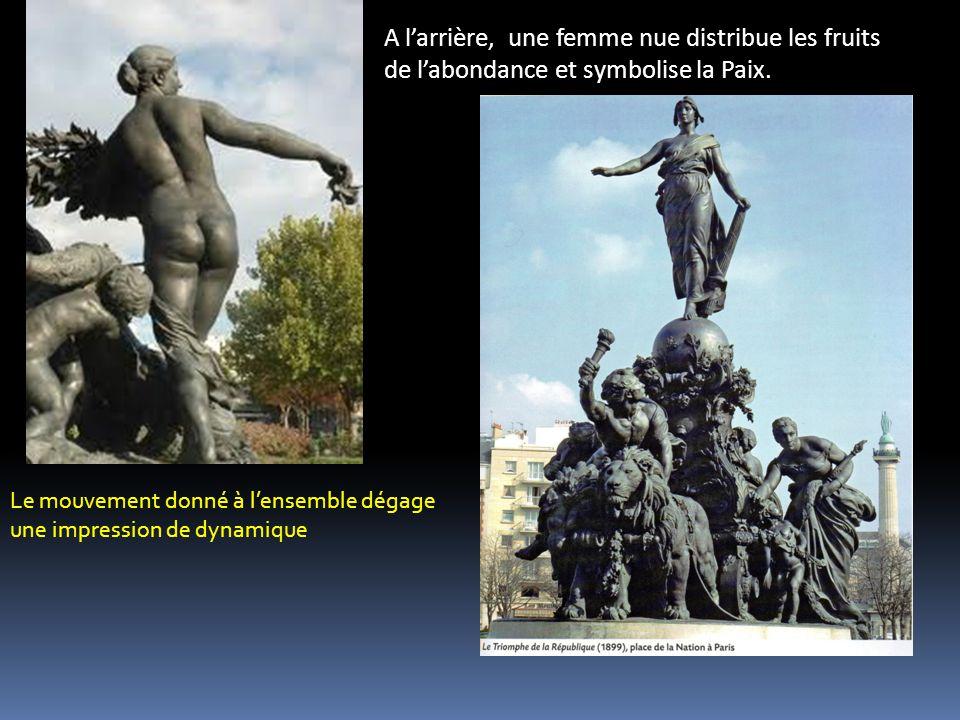A larrière, une femme nue distribue les fruits de labondance et symbolise la Paix.