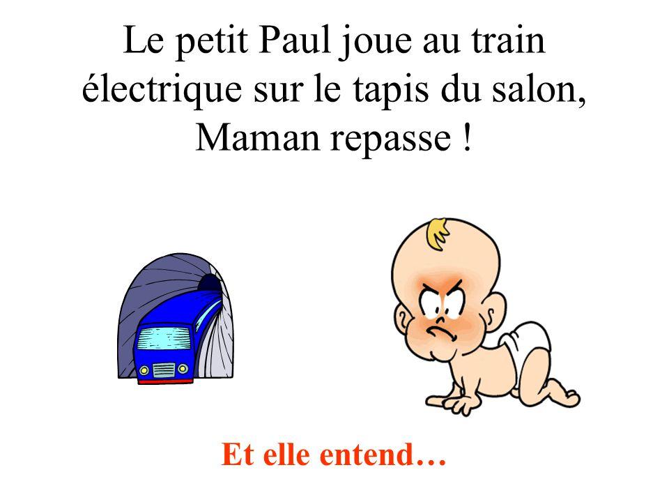 Le petit Paul joue au train électrique sur le tapis du salon, Maman repasse ! Et elle entend…