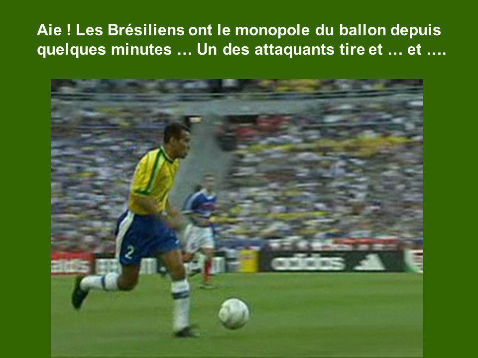 Aie ! Les Brésiliens ont le monopole du ballon depuis quelques minutes … Un des attaquants tire et … et ….