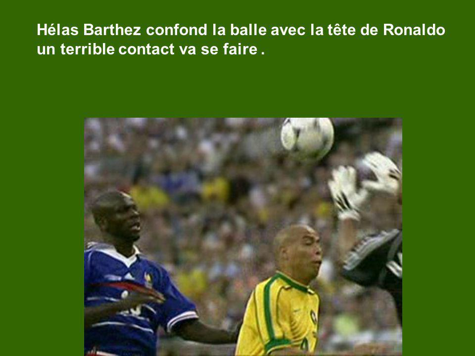 Hélas Barthez confond la balle avec la tête de Ronaldo un terrible contact va se faire.
