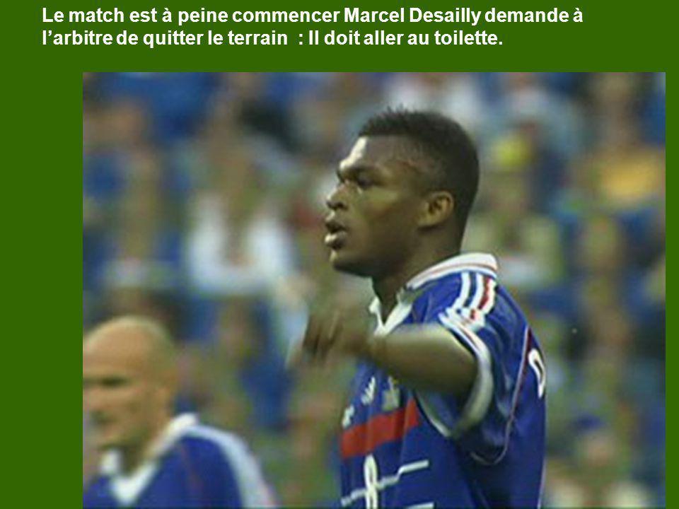 Le match est à peine commencer Marcel Desailly demande à larbitre de quitter le terrain : Il doit aller au toilette.