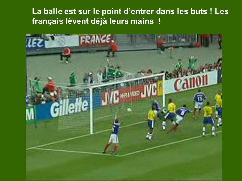 La balle est sur le point dentrer dans les buts ! Les français lèvent déjà leurs mains !