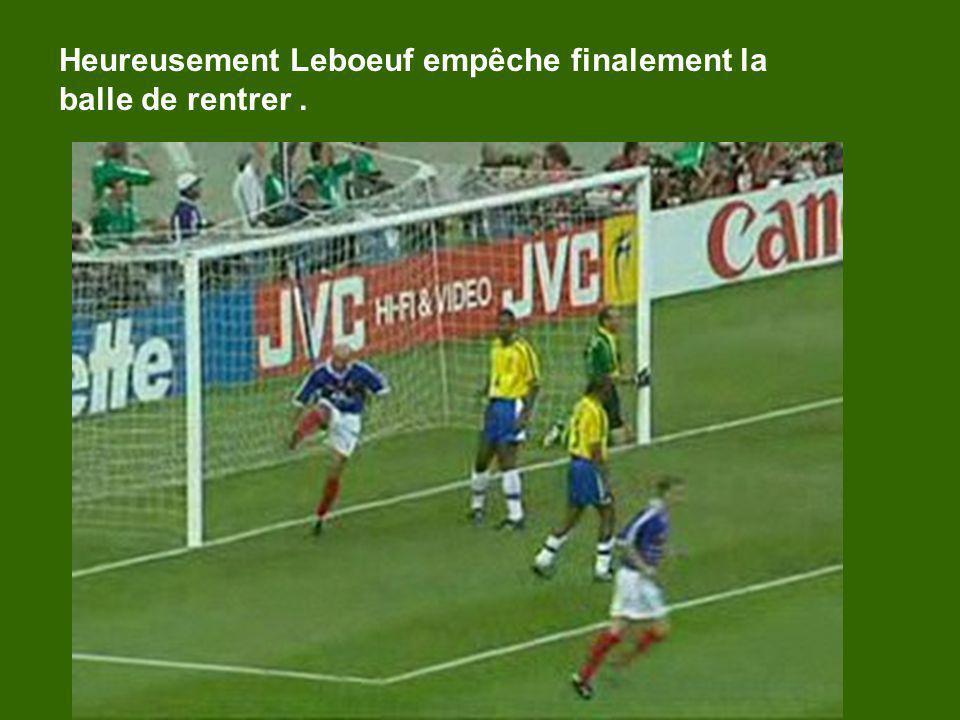 Heureusement Leboeuf empêche finalement la balle de rentrer.