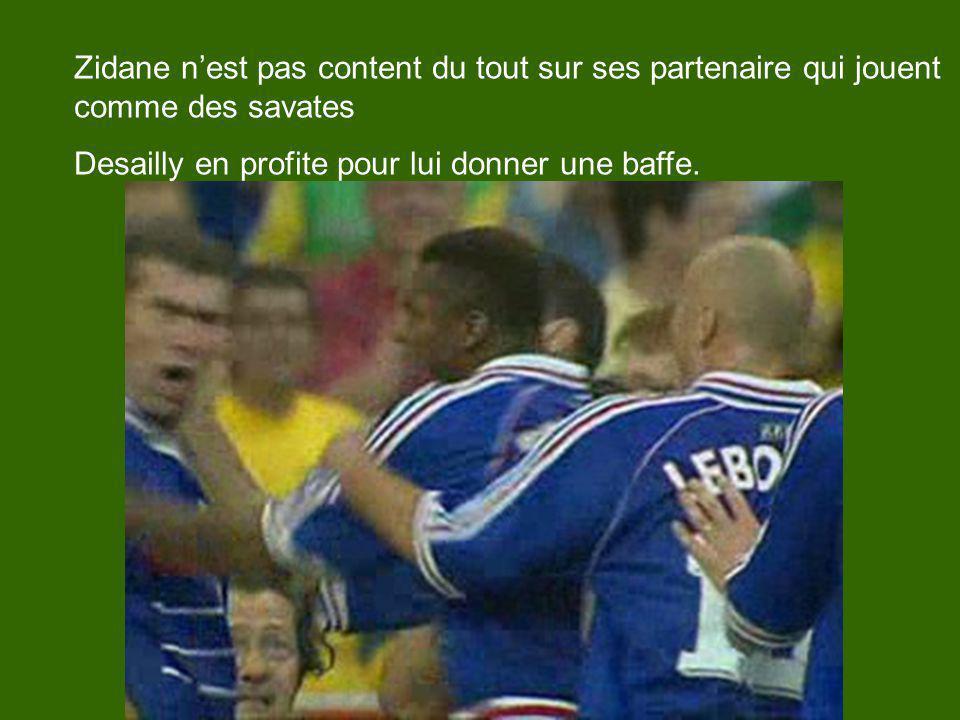 Zidane nest pas content du tout sur ses partenaire qui jouent comme des savates Desailly en profite pour lui donner une baffe.