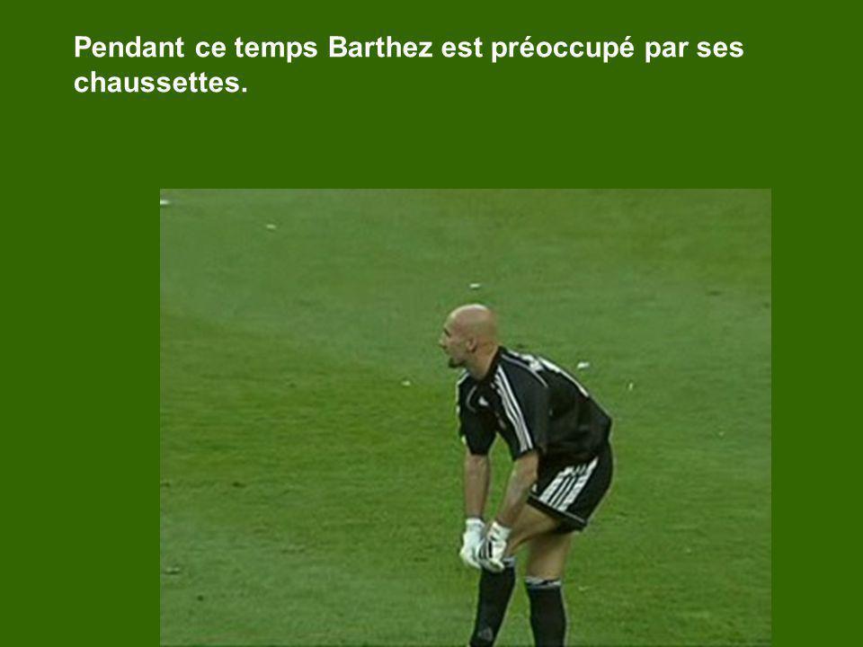 Pendant ce temps Barthez est préoccupé par ses chaussettes.
