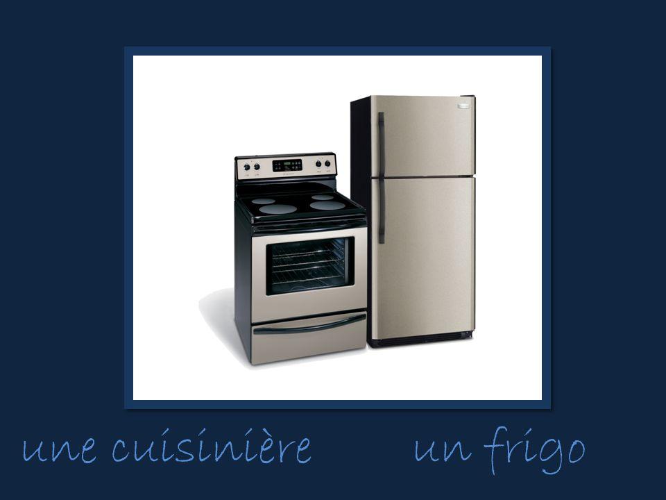 une cuisinièreun frigo