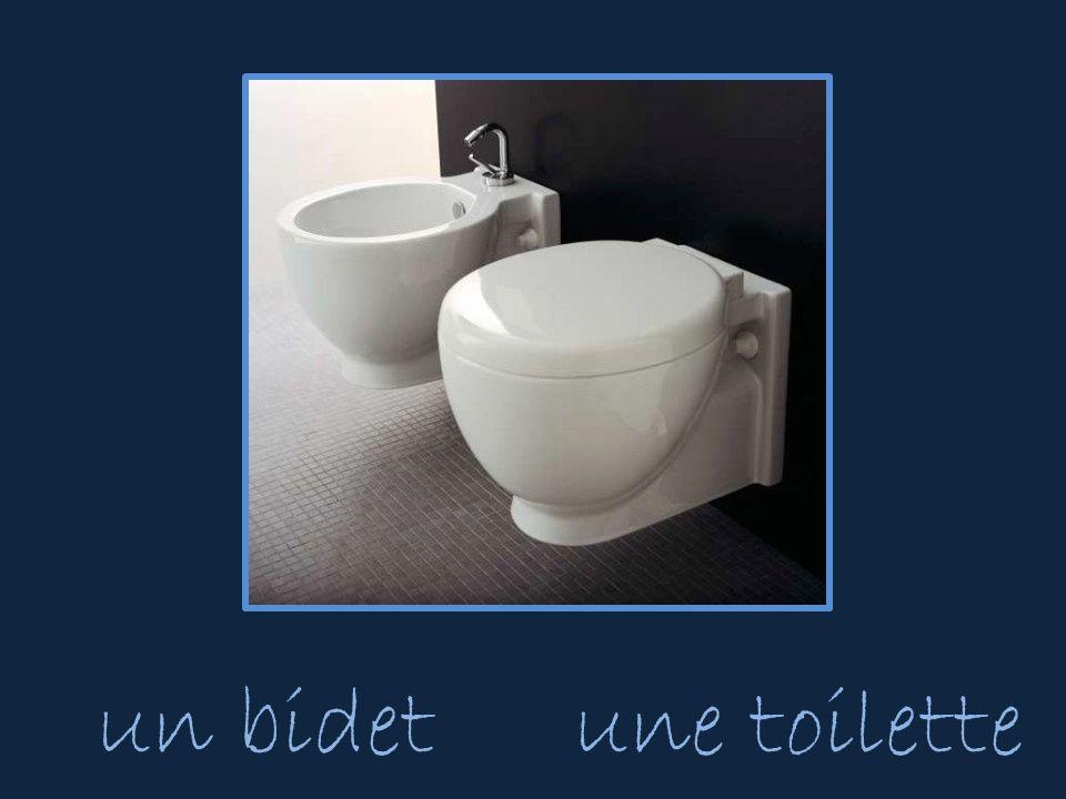 un bidetune toilette