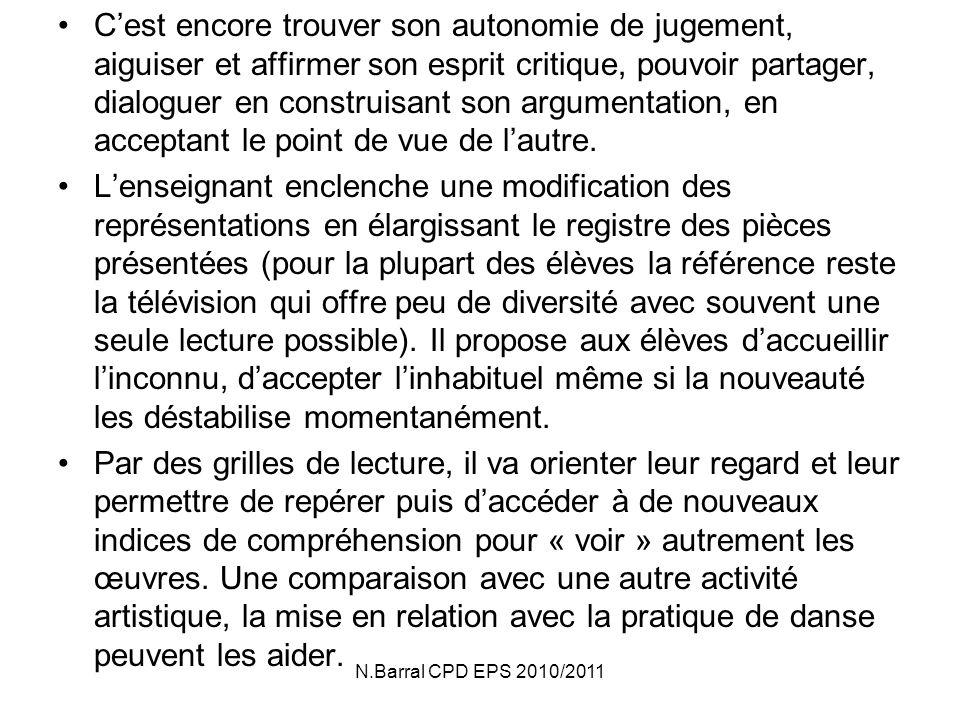 N.Barral CPD EPS 2010/2011 Lenfant va passer dune première approche descriptive souvent superficielle et réactive où les effets visuels sont souvent les seuls perçus (lenfant relate les faits, le sens premier de la pièce) à un regard qui peu à peu saffine, se nuance.