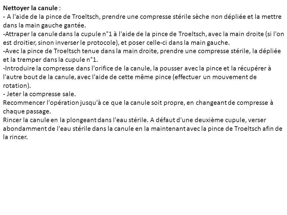 Nettoyer la canule : - A l'aide de la pince de Troeltsch, prendre une compresse stérile sèche non dépliée et la mettre dans la main gauche gantée. -At