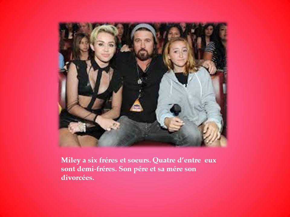 Miley a six fréres et soeurs. Quatre dentre eux sont demi-fréres. Son pére et sa mére son divorcées.