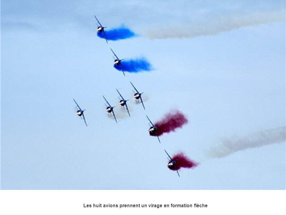 Les huit avions prennent un virage en formation flèche