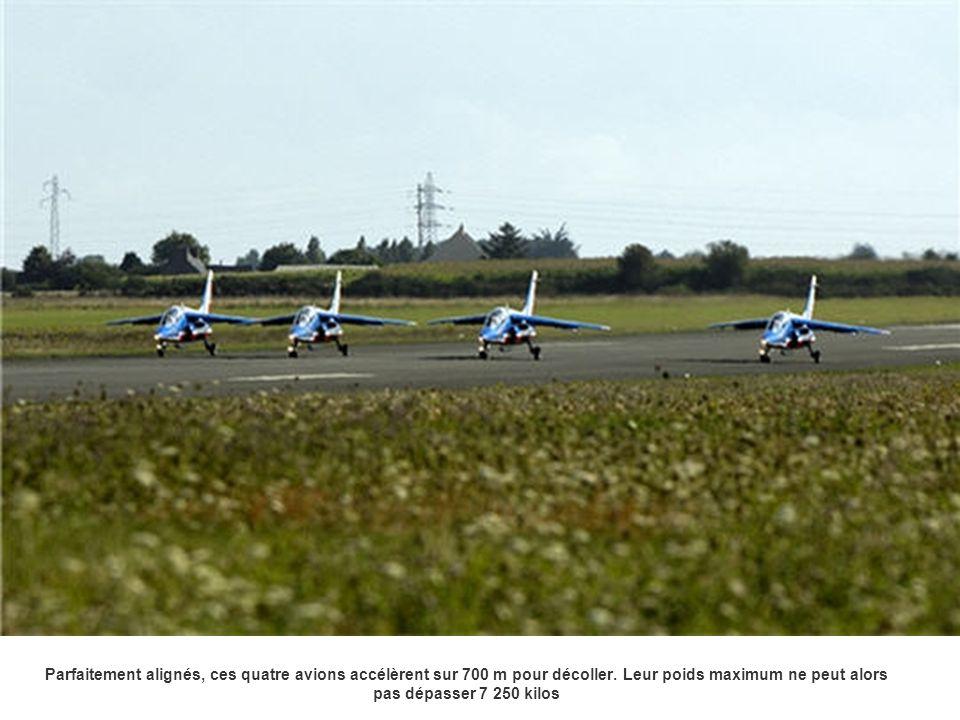 Parfaitement alignés, ces quatre avions accélèrent sur 700 m pour décoller. Leur poids maximum ne peut alors pas dépasser 7 250 kilos