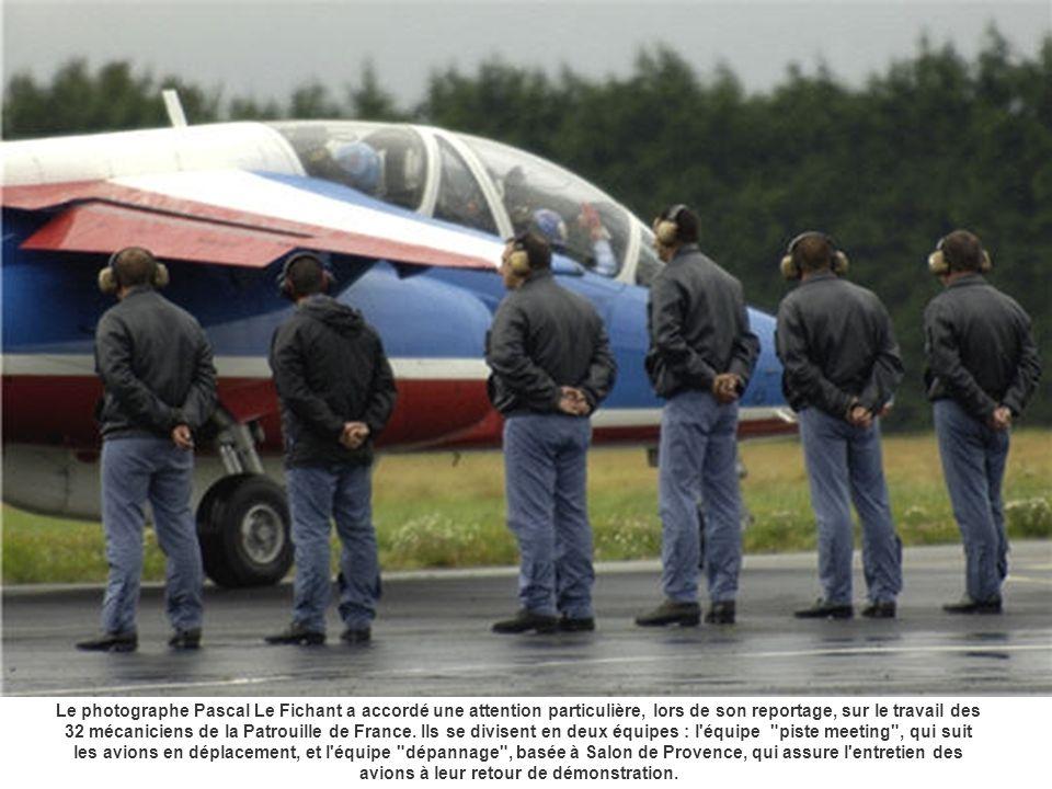 Le photographe Pascal Le Fichant a accordé une attention particulière, lors de son reportage, sur le travail des 32 mécaniciens de la Patrouille de Fr