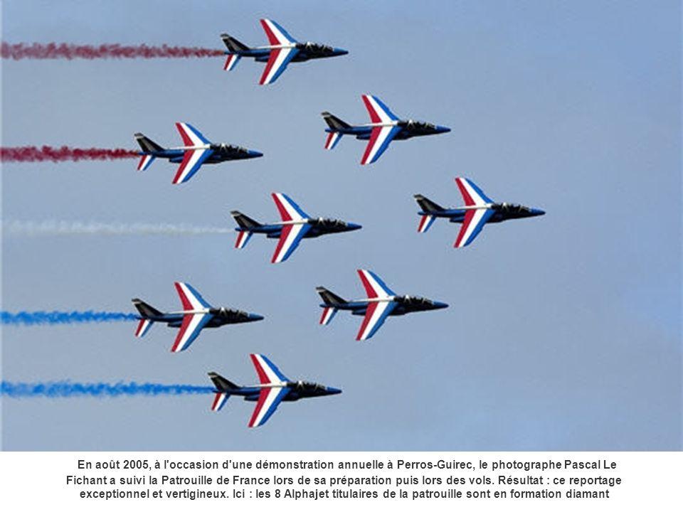 Les 8 avions effectuent un passage sur le dos, en formation grande flèche