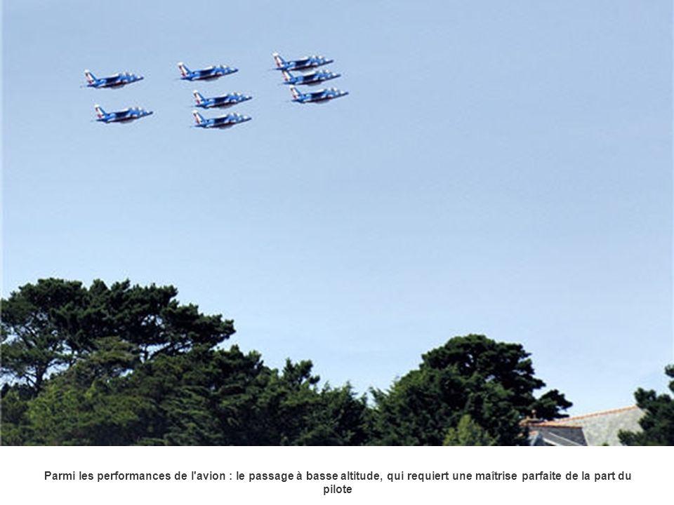 Parmi les performances de l'avion : le passage à basse altitude, qui requiert une maîtrise parfaite de la part du pilote