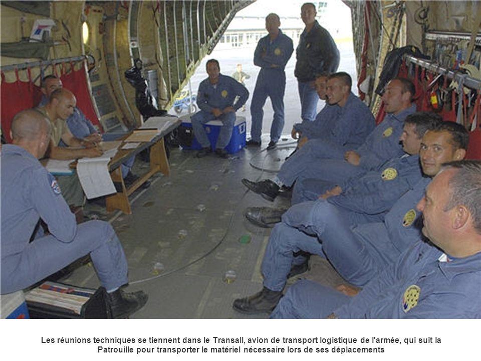 Les réunions techniques se tiennent dans le Transall, avion de transport logistique de l'armée, qui suit la Patrouille pour transporter le matériel né
