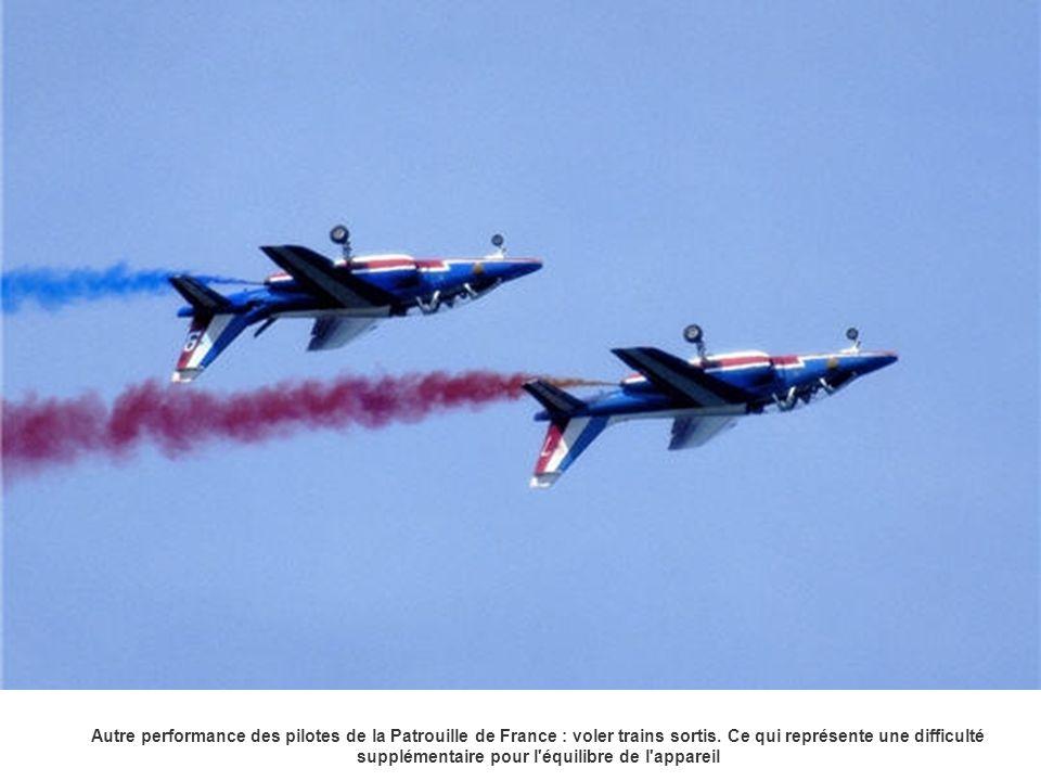Autre performance des pilotes de la Patrouille de France : voler trains sortis. Ce qui représente une difficulté supplémentaire pour l'équilibre de l'