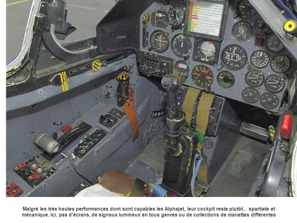 Malgré les très hautes performances dont sont capables les Alphajet, leur cockpit reste plutôt... spartiate et mécanique. Ici, pas d'écrans, de signau