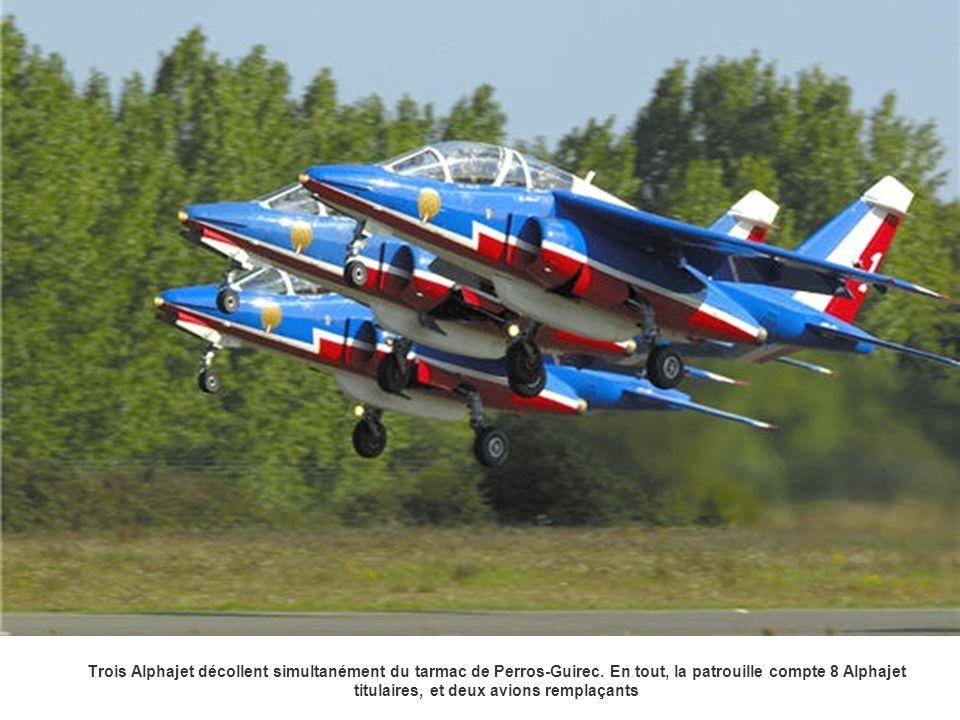 Trois Alphajet décollent simultanément du tarmac de Perros-Guirec. En tout, la patrouille compte 8 Alphajet titulaires, et deux avions remplaçants