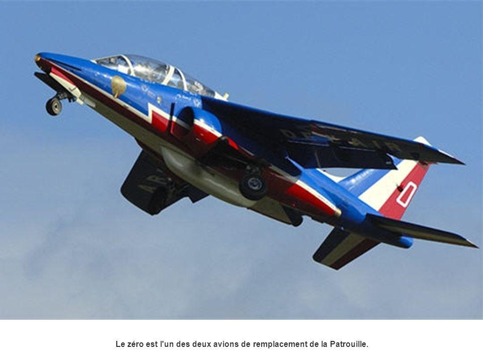 Le zéro est l'un des deux avions de remplacement de la Patrouille.