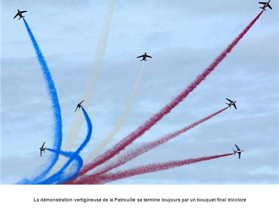 La démonstration vertigineuse de la Patrouille se termine toujours par un bouquet final tricolore