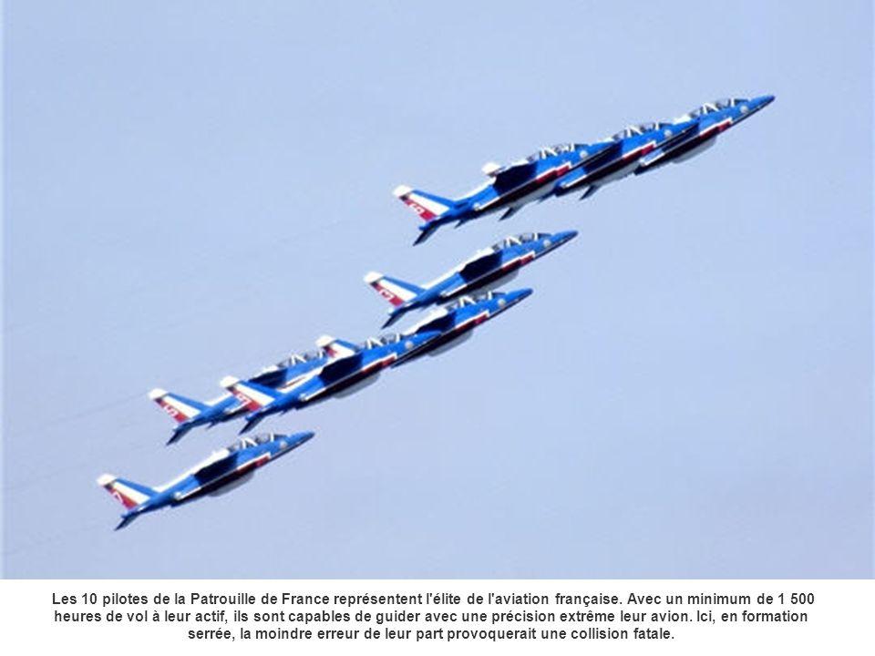 Les 10 pilotes de la Patrouille de France représentent l'élite de l'aviation française. Avec un minimum de 1 500 heures de vol à leur actif, ils sont