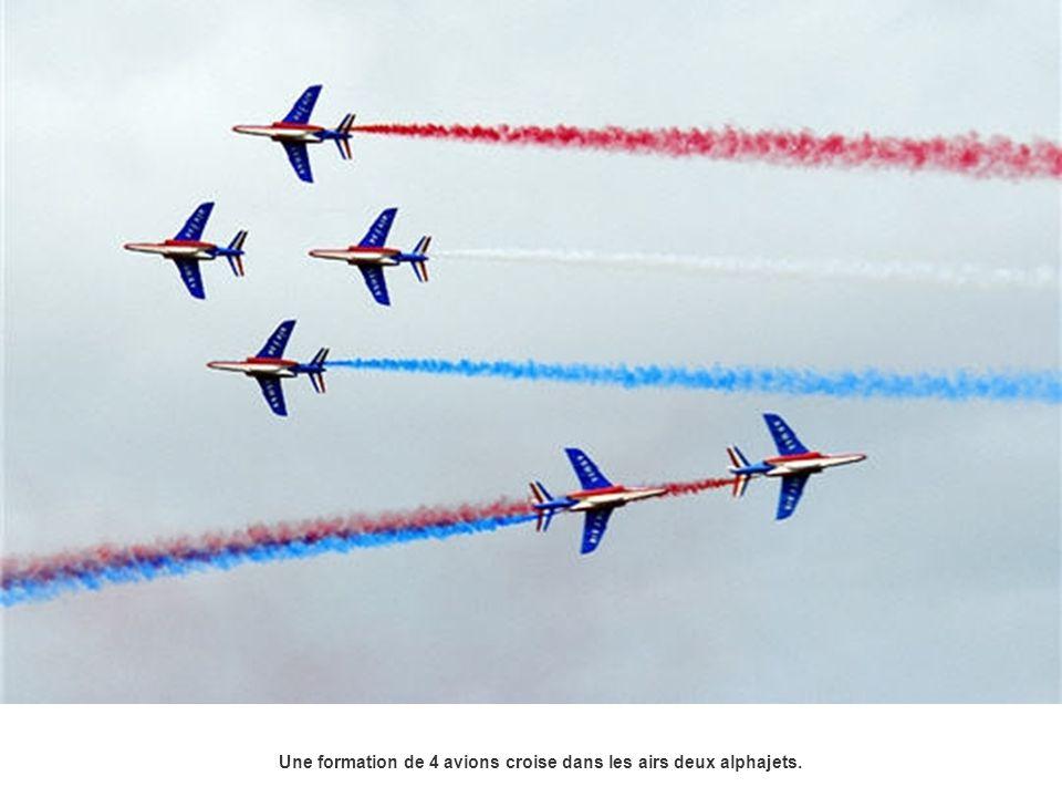 En formation Concorde, deux avions prennent la tête de la patrouille, laissant les autres former les ailes du fameux Concorde