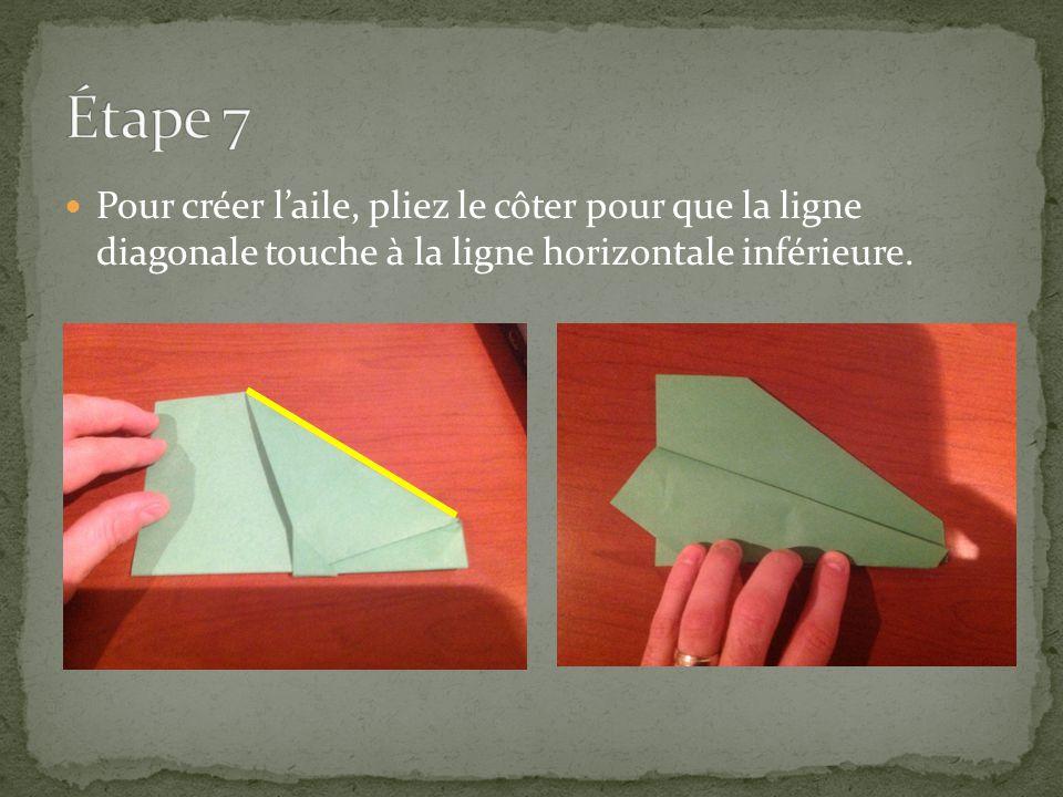Pour créer laile, pliez le côter pour que la ligne diagonale touche à la ligne horizontale inférieure.