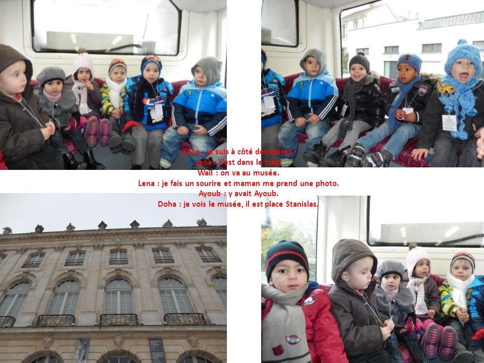 Enzo : je suis à côté des autres. Lena : cest dans le tram Waïl : on va au musée.
