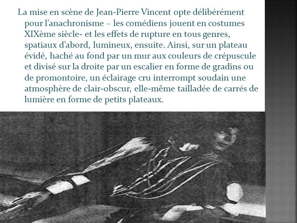 La mise en scène de Jean-Pierre Vincent opte délibérément pour lanachronisme – les comédiens jouent en costumes XIXème siècle- et les effets de rupture en tous genres, spatiaux dabord, lumineux, ensuite.