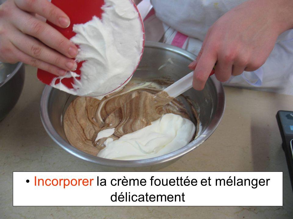 Incorporer la crème fouettée et mélanger délicatement