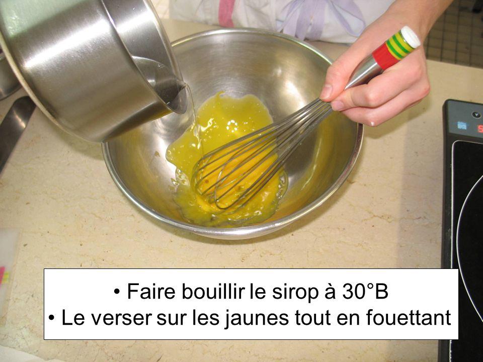 Faire bouillir le sirop à 30°B Le verser sur les jaunes tout en fouettant