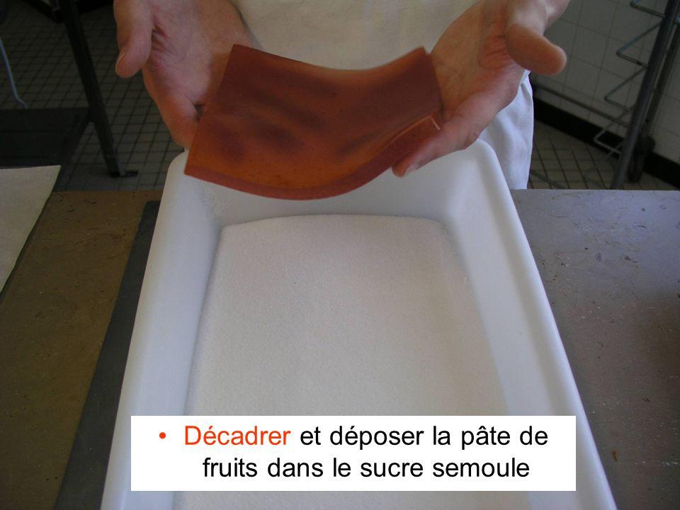 Décadrer et déposer la pâte de fruits dans le sucre semoule