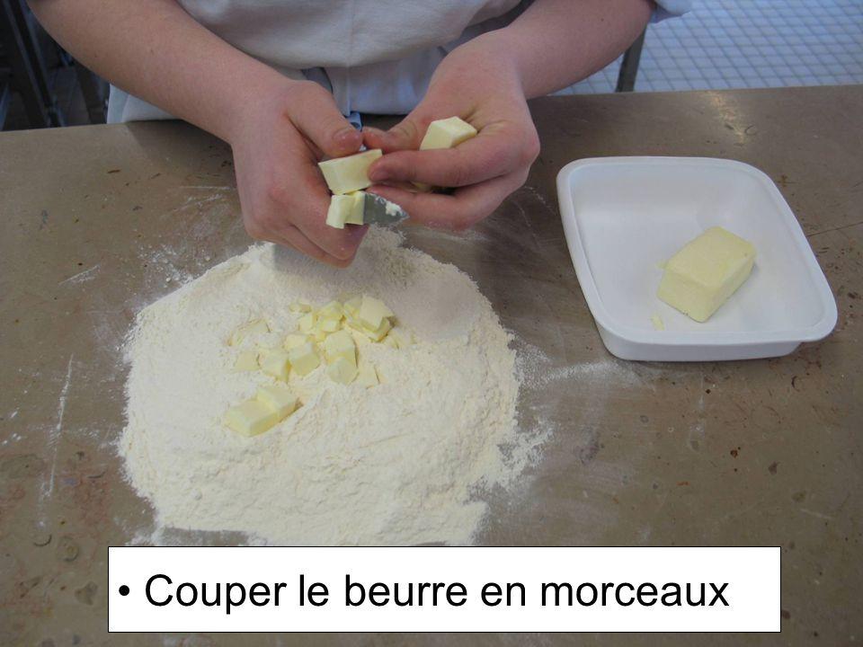 Couper le beurre en morceaux