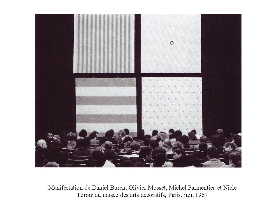 Photo-souvenir : peinture-sculpture, 1971, travail in situ, in « VI Guggenheim international », Guggenheim Museum, New York.