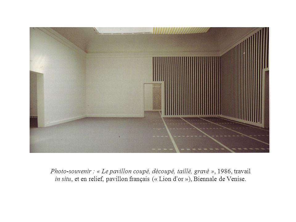 Photo-souvenir : « Le pavillon coupé, découpé, taillé, gravé », 1986, travail in situ, et en relief, pavillon français (« Lion d or »), Biennale de Ve