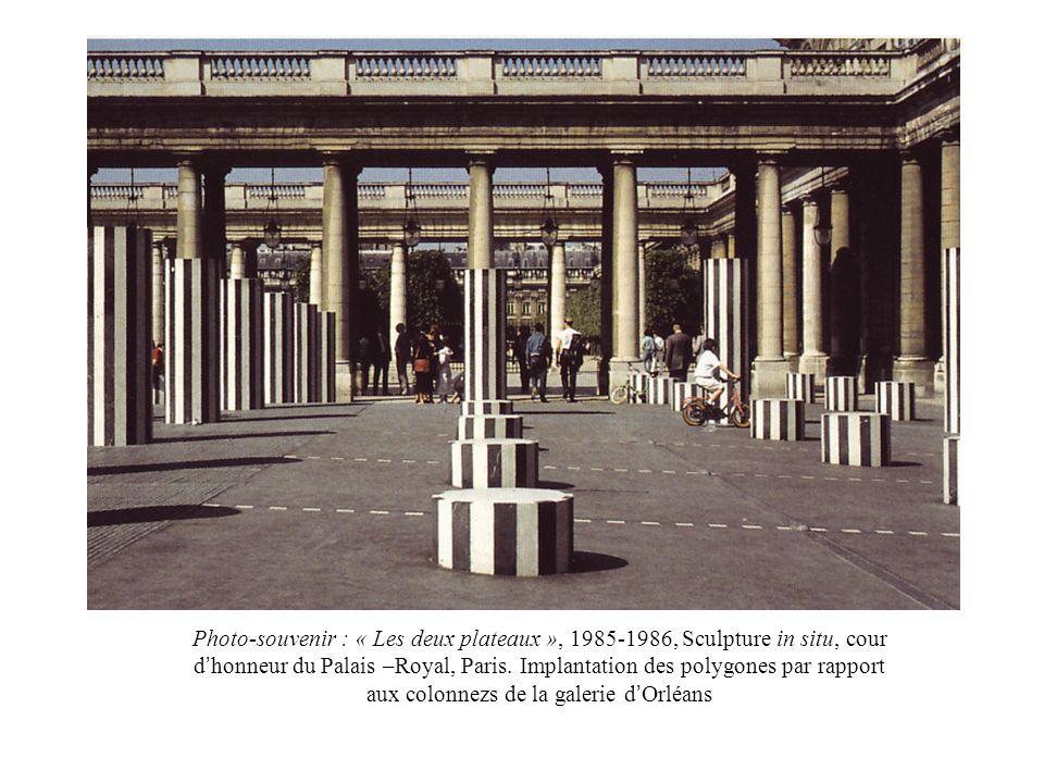 Photo-souvenir : « Les deux plateaux », 1985-1986, Sculpture in situ, cour d honneur du Palais –Royal, Paris. Implantation des polygones par rapport a