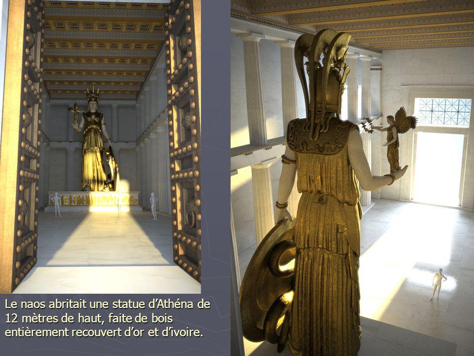 Le naos abritait une statue dAthéna de 12 mètres de haut, faite de bois entièrement recouvert dor et divoire.