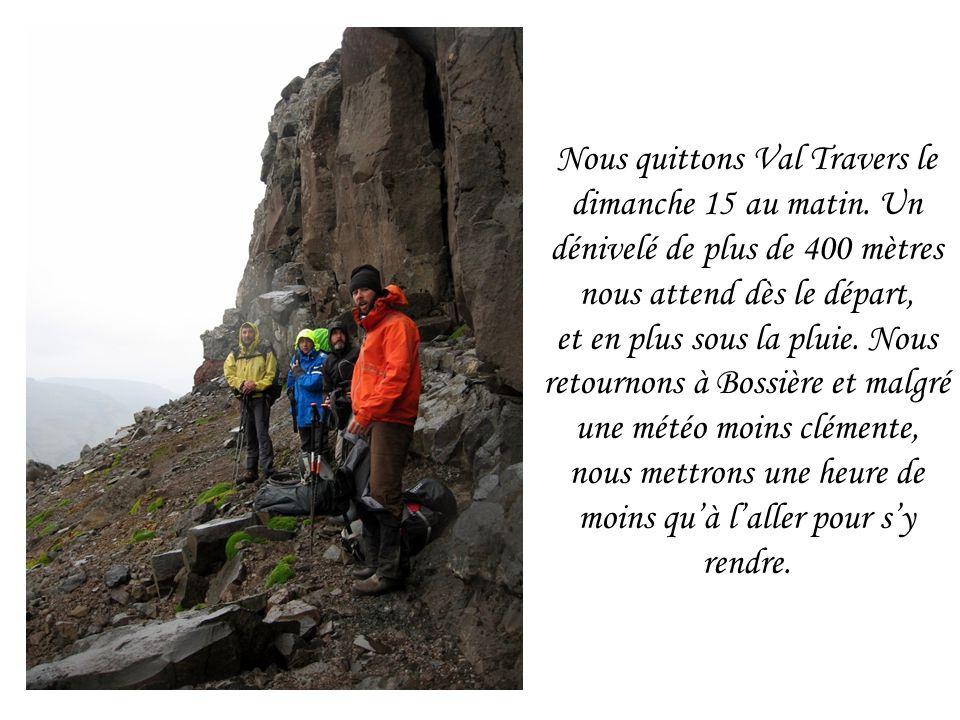 Nous quittons Val Travers le dimanche 15 au matin. Un dénivelé de plus de 400 mètres nous attend dès le départ, et en plus sous la pluie. Nous retourn