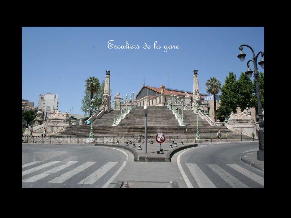 Les savonneries ont presque toutes quitté Marseille, mais celle de Salon de Provence est renommée et vous pouvez aller la visiter.